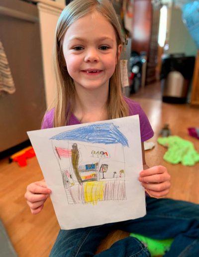 Rosalie a vaincu son énurésie et est fière d'afficher sa participation au concours de dessins.