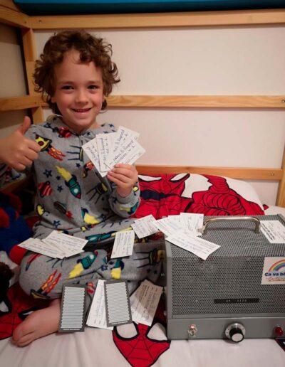 Ludovic exibe fièrement ses coupons de tirage d'un iPad suiet à sa victoire contre son énurésie nocturne